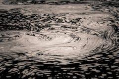 Een abstract, zwart-wit patroon van rivieroppervlakte Stock Foto