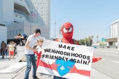 Een activist houdt een teken dat zegt, stock afbeelding