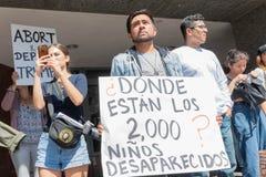 Een activist houdt een teken tijdens de Families samen in de war brengt behoort stock foto