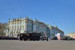 Een afdeling van infanterie op APC met een rode vlag en vrachtwagens  Royalty-vrije Stock Foto's