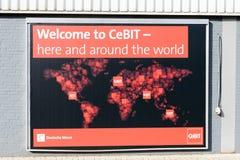 Een affiche van de CeBIT bij een muur binnen de handelsbeursgrond adverteert wereldwijd voor CeBIT-gebeurtenissen Royalty-vrije Stock Afbeeldingen