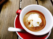 Een affogato (hete die espresso over roomijs wordt gegoten), in rode kop en schotel wordt gediend Royalty-vrije Stock Fotografie