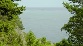 Een afgelegen barkas die zich in de golven van Baikal, een schitterend meer in Siberië bewegen stock videobeelden