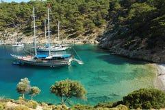 Een afgezonderde baai in het Turkse Middellandse-Zeegebied stock foto's