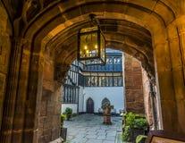 Een afgezonderde binnenplaats van een straat naast de kathedraal in Coventry, het UK royalty-vrije stock afbeelding