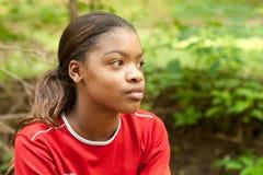Een Afrikaans-Amerikaans meisje in een rood overhemd. Royalty-vrije Stock Fotografie