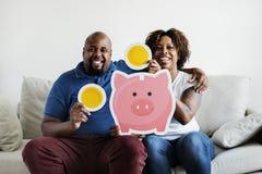 Een Afrikaans van het de besparingsgeld van de paarholding van het de pictogrammenhuis van de de familiebesparing de investerings royalty-vrije stock afbeelding