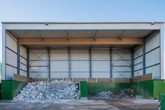 Een afval wordt gesorteerd en bij een recyclingsyard weggedaan royalty-vrije stock afbeeldingen