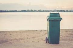 Een afvalbak op het strand Royalty-vrije Stock Afbeeldingen