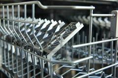 Een afwasmachine voor schotels en bestek bespaart tijd en het geld en dishwashing zijn nu een genoegen en niet een verplichting stock afbeeldingen
