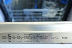 Een afwasmachine voor schotels en bestek bespaart tijd en het geld en dishwashing zijn nu een genoegen en niet een verplichting stock foto's