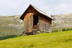 Een alpiene houten hut, Dolomiet, Italië royalty-vrije stock afbeeldingen