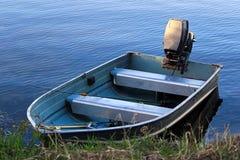Een aluminium vissersboot bij de kust stock fotografie