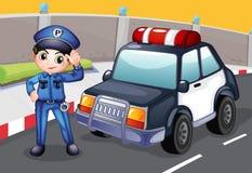 Een ambtenaar en zijn patrouillewagen Stock Afbeelding