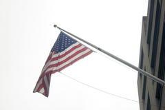 Een Amerikaanse vlag die in de lucht golven Stock Foto