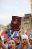 Een andere dag in duizenden van Krakau mensen protesteert tegen schending de constitutionele wet in Polen Stock Foto's