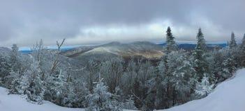 Een andere enkel dag die in de berg ski?en royalty-vrije stock afbeeldingen