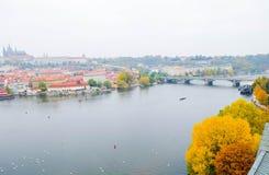 Een andere mening van de Nieuwe stad van Praag Het kasteel van Praag is op achtergrond Stock Foto