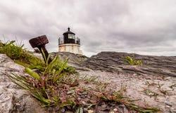 Een anker komt in de dramatische rotsachtige kustlijn duidelijk uit bij de Vuurtoren van de Kasteelheuvel in Nieuwpoort, Rhode Is royalty-vrije stock foto's