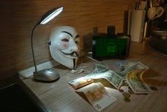 Een anonieme hakker probeert om de besturingssysteem` s bescherming te barsten Royalty-vrije Stock Foto's