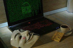 Een anonieme hakker probeert om de besturingssysteem` s bescherming te barsten Stock Fotografie