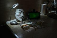 Een anonieme hakker probeert om de besturingssysteem` s bescherming te barsten Stock Foto
