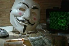 Een anonieme hakker probeert om de besturingssysteem` s bescherming te barsten Stock Afbeeldingen