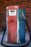 Een antieke brandstof het vullen pomp royalty-vrije stock fotografie