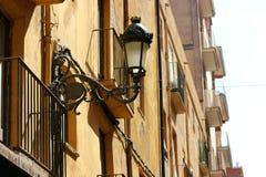 Een antieke die lamp op het balkon, met de de zomerzon wordt overstroomd Royalty-vrije Stock Foto