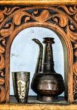 Een Antieke houten kader en een kruik Stock Afbeelding