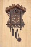 Een antieke houten koekoeksklok Stock Foto