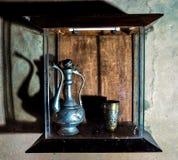 Een antieke ketel en een mok Stock Foto