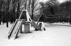 Een antieke speelplaats onder sneeuw in een stadspark Royalty-vrije Stock Afbeelding
