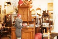 In een antieke winkel Royalty-vrije Stock Foto's