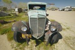 Een antiquiteit verliet weg vrachtwagen op de kant van de weg dichtbij Barstow, CA van Route 59 stock fotografie