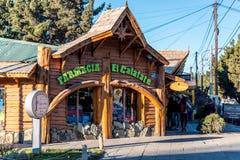 Een apotheek in de hoofdweg van Gr Calafate in Santa Cruz Province, Argentinië stock afbeeldingen