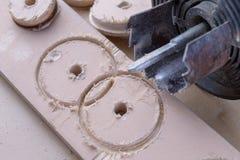 Een apparaat om gaten in hout te maken Schrijnwerkerijtoebehoren voor DIY-enthousiasten stock afbeelding