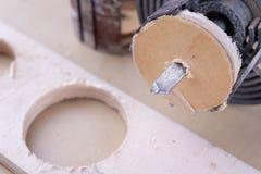 Een apparaat om gaten in hout te maken Schrijnwerkerijtoebehoren voor DIY-enthousiasten royalty-vrije stock foto