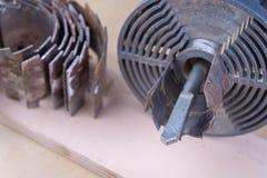 Een apparaat om gaten in hout te maken Schrijnwerkerijtoebehoren voor DIY-enthousiasten stock fotografie