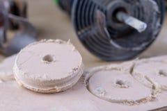 Een apparaat om gaten in hout te maken Schrijnwerkerijtoebehoren voor DIY-enthousiasten royalty-vrije stock afbeeldingen