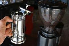 Een apparaat om koffie te maken stock afbeelding
