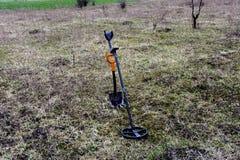 Een apparaat om schatten met een schop te vinden Stock Foto