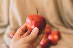 Een appel een dag houdt weg de arts Sluit omhoog mening van rode appel ter beschikking royalty-vrije stock fotografie