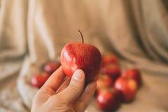 Een appel een dag houdt weg de arts Sluit omhoog mening van rode appel ter beschikking royalty-vrije stock foto