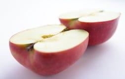 Een appel die in de helft wordt gesneden Stock Foto