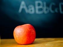 Een appel op de eerste dag van school Royalty-vrije Stock Afbeeldingen