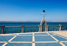 Een arabesqueboog van verlichtingskolommen van Abu D Royalty-vrije Stock Fotografie