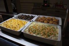 Een Arabisch Buffet met oosters voedsel stock afbeeldingen