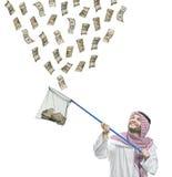 Een Arabische persoon met een visserijnet dat geld vangt Royalty-vrije Stock Foto's