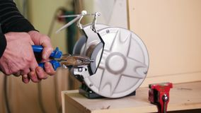 Een arbeider die hoeken op een schroef maken die een malende machine met behulp van stock video